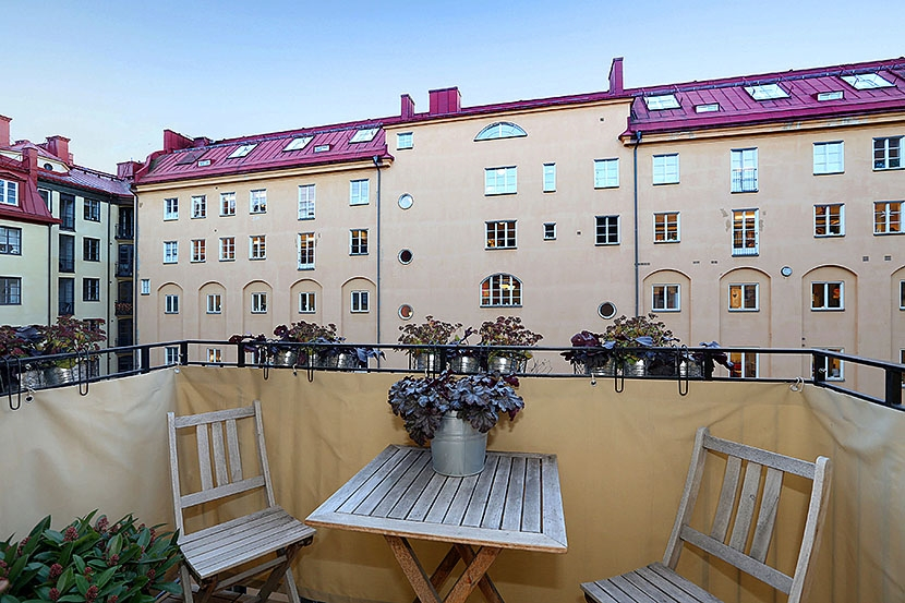 Väldigt fin våning helt i toppskick med balkong, öppen spis, hiss