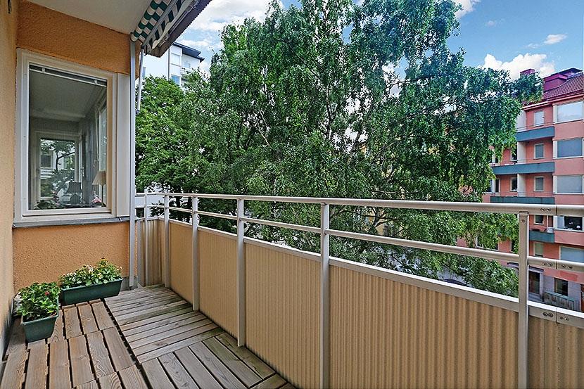 Hörnläge med två balkonger och öppen spis